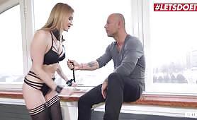 Czeska blondynka uprawia ostry seks ze starszym mężczyzną, który dostaje klapsa i rucha się w ciasny tyłek i cipkę, gdy tryska z przyjemnością. Jej limit wideo.