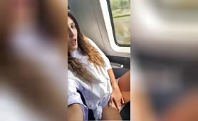 المراهقة الجميلة تصبح قرنية في الحافلة ، لذلك بدأت في فرك العضو التناسلي النسوي الوردي المذهل لها حتى جاءت ولم ير أحد شيئًا.