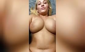 سيدة شقراء مفلس ترقد على ظهرها بينما الرجل يمارس الجنس مع بوسها في بوف. يمارسون الجنس بأسلوب تبشيري بينما ترتد ثديها الكبيرة بقوة.