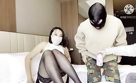 Japonská žena si konečne splní svoj sen, že ju v prdeli dvaja muži, túto japonskú v prdeli dvaja chlapi po tom, čo sajú kohúty.