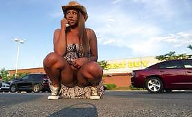 تحتاج صديقة الأبنوس الساخنة إلى التبول بشدة لدرجة أنه بدلاً من الانتظار كثيرًا لرجلها ، تذهب إلى موقف السيارات وتتبول بالقرب من سيارة بينما تومض مؤخرتها