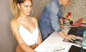 تقوم بوس بتدليك وتدليل سكرتيرتها المثيرة عن طريق تدليك رقبتها وظهرها أمام الكاميرا. تظهر لها كبير الثدي ومؤخرتها تحت التنورة.