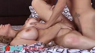 😈 Julia Ann is an amateur blonde MILF and a curvy and sexy mature stepmother who seduces her stepson to fuck her in the morning for an orgasm.